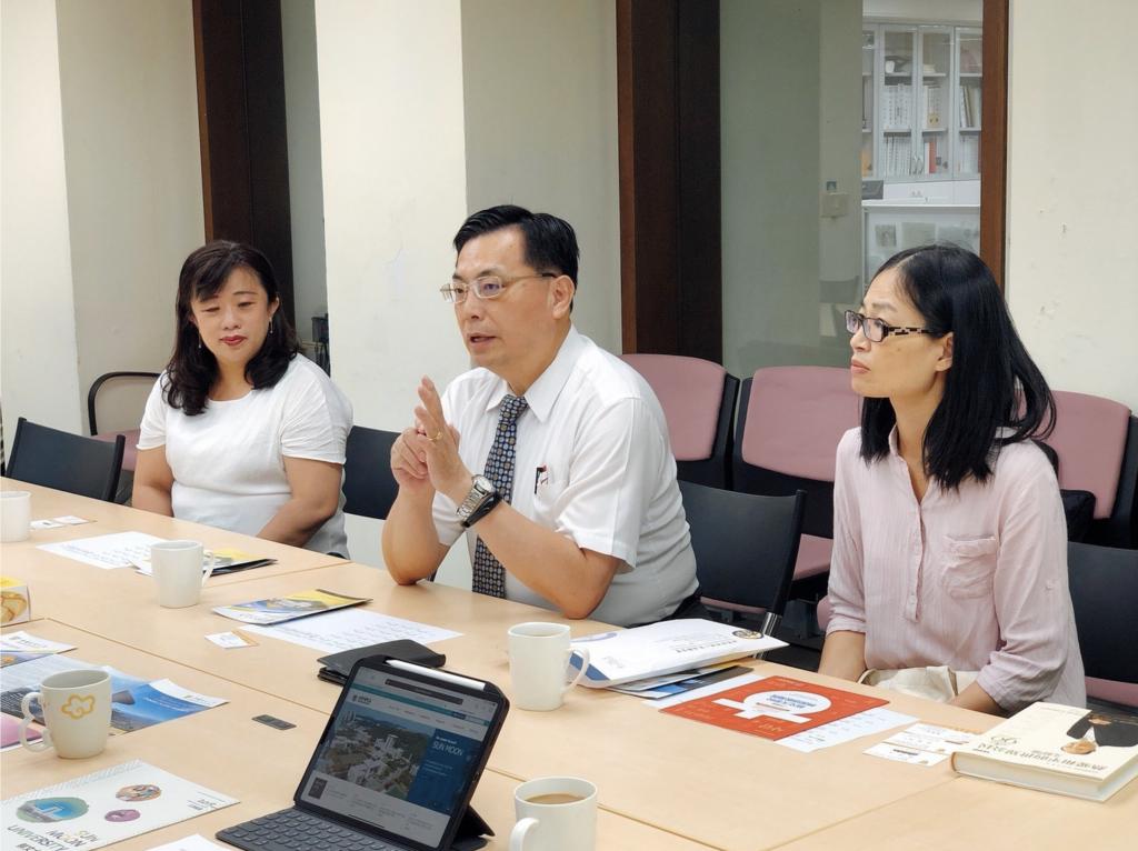 韓國語教育院台灣分院李院長熱情介紹鮮文大學近年來的新突破和轉變。 President Lee enthusiastically made introduction about the breakthroughs and changes that the Sun Moon University has made over the past two decades.